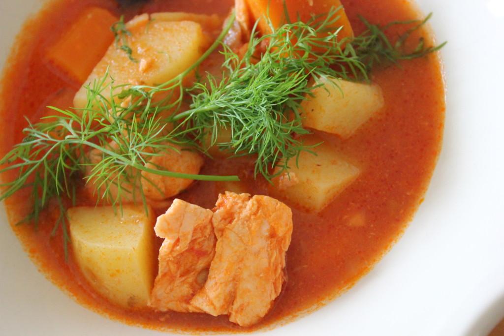 Sadepäivän simppeli kalakeitto. Une soupe de poisson facile et rapide.
