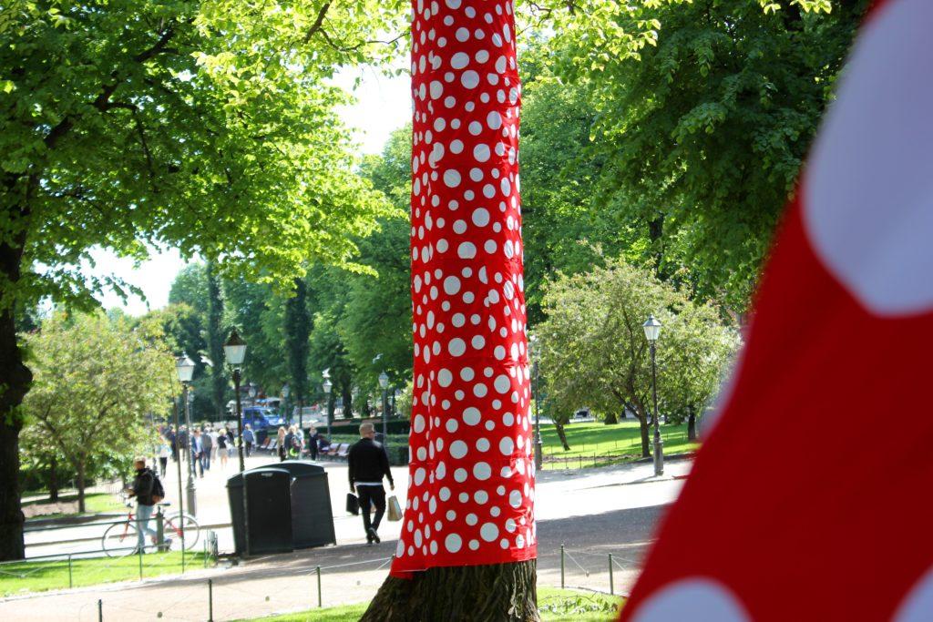 Kesäinen Helsinki L I L O U ' s #lilous helsinkiläinen lifestyleblogi Kaisa Pohjanvirta blogeuse finlandaise @KPohjanvirta #visitHelsinkiYayoi Kusama Ascension of Polka Dots on the Trees
