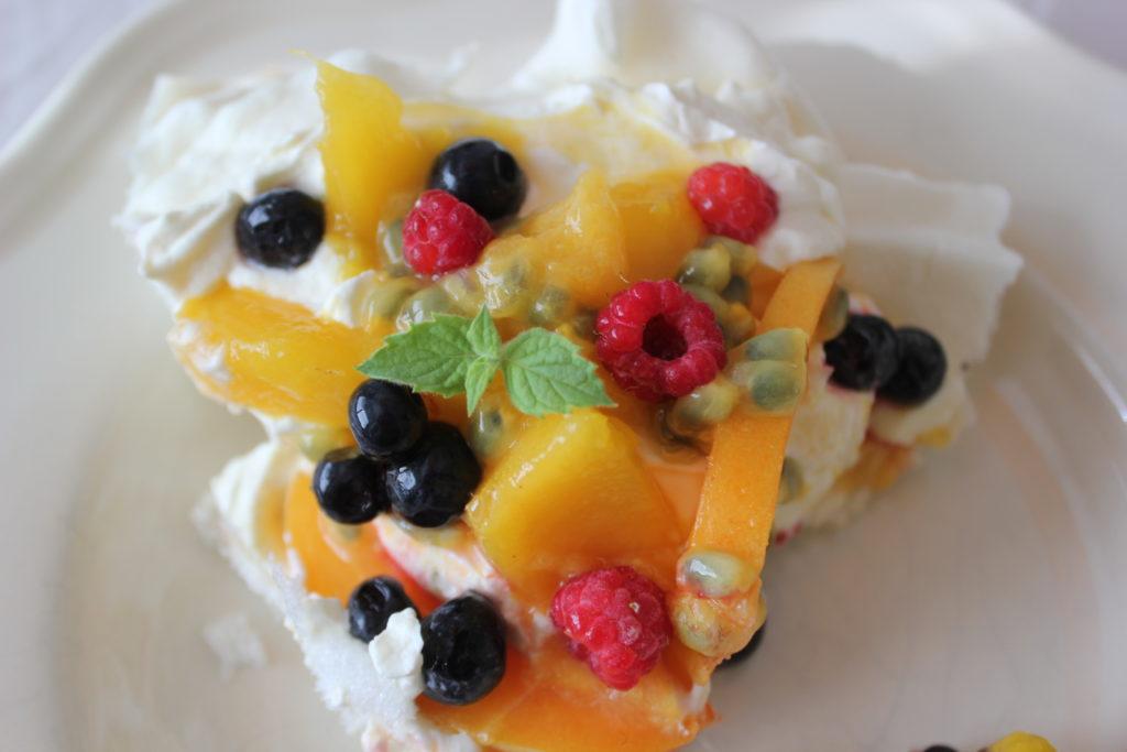 Kesäinen pavlova L I L O U ' s #lilous helsinkiläinen lifestyleblogi Kaisa Pohjanvirta blogeuse finlandaise @KPohjanvirta #ruoka #food #cuisine #pavlova