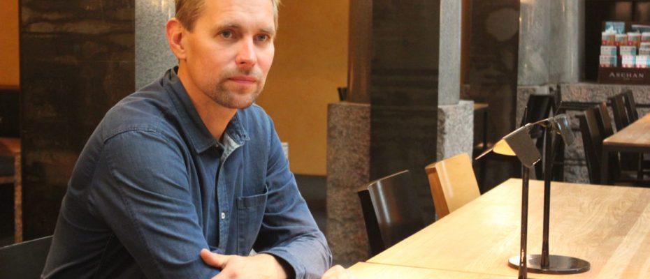 """Tilasuunnittelija Aleksi Hautamäki: """"Tyyliini kuuluu materiaaliin paneutuminen"""" L I L O U ' s #lilous lifestyleblogi #Helsinki #FinnishDesign #bond #roster #paulig #aleksihautamäki"""