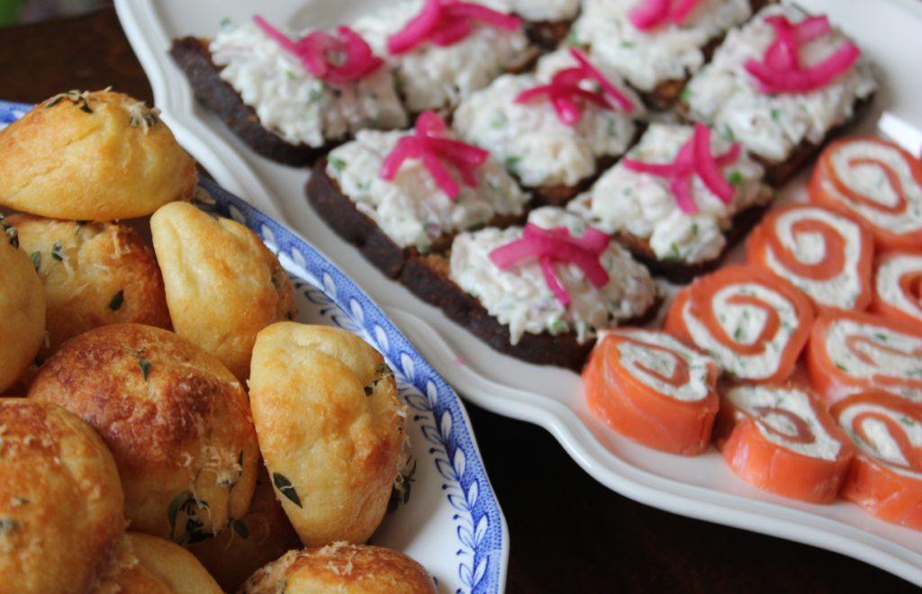 Kun juhlitaan.. L I L O U ' s #lilous helsinkiläinen lifestyleblogi blogeuse finlandaise Kaisa Pohjanvirta #ruoka #parmesantuulihatut #piparjuuri-kylmäsavulohirullat #siikaleivät