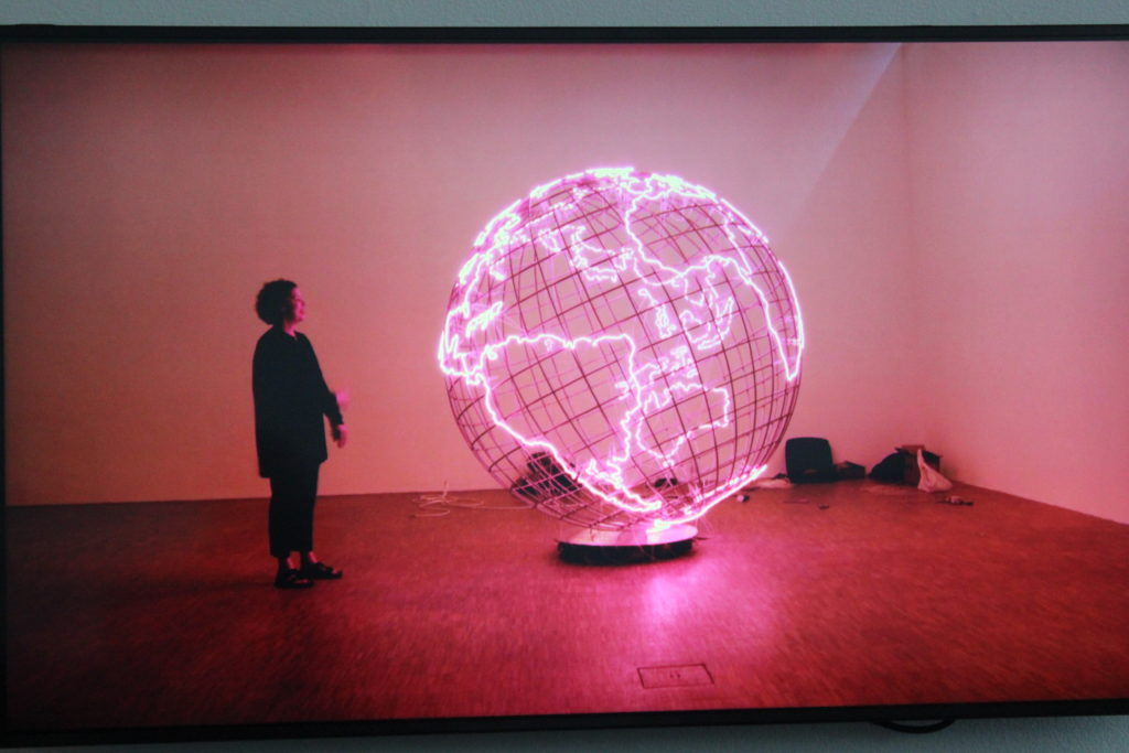 Mona Hatoumin teoksissa hot spot on koko maailma. Kiasmassa 26.2. asti L I L O U ' s #lilous lifestyleblogi #Helsinki #Paris #Kiasma #CentrePompidou