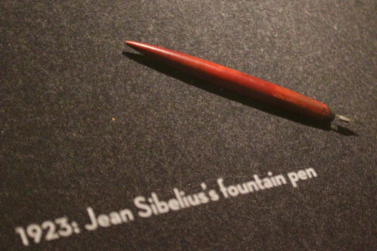 100 esinettä Suomesta L I L O U ' s #lilous lifestyleblogi Kaisa Pohjanvirta #designmuseo_fi #lilous #100esinettäsuomesta blogeuse finlandaise le stylo à l'encre de Jean Sibelius